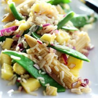 Pittige Thaise rijstsalade met groene asperges