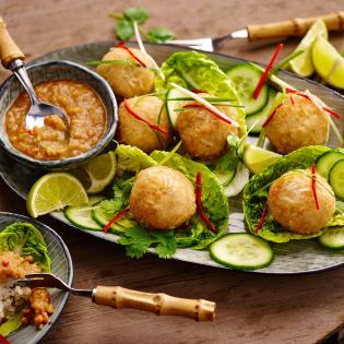 Krokante rijst-kokosballetjes met pindasaus