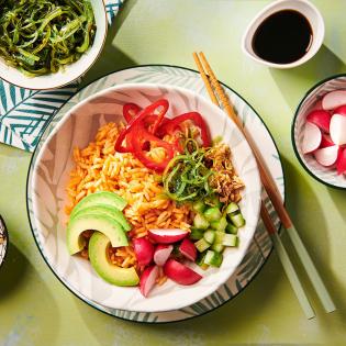 Poké Bowl buffet met wortelrijst en kleurige groenten