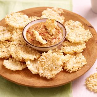 Thaise rijstcrackers met pindadip