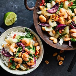 Thaise roerbak van garnalen, paksoi en pinda's
