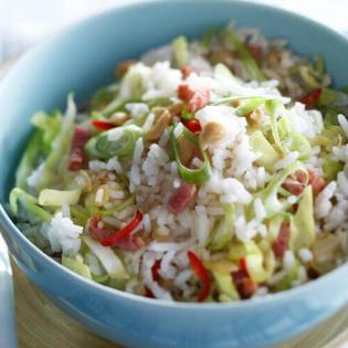 Gewokte rijst met spekjes en spitskool