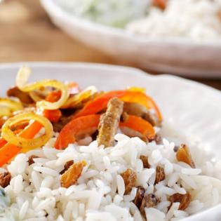 Shoarma met paprika, rozijnenrijst en tzatziki