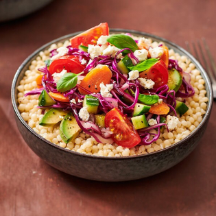 Kruidige chopped salad en basilicum met parelcouscous