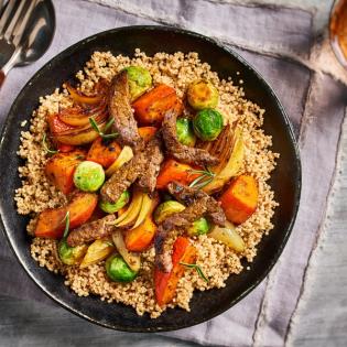 Runderreepjes met quinoa, spruitjes en pompoen