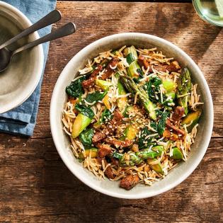 Oosterse rundvleesreepjes met asperges en spinazie