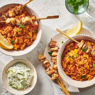 Griekse rijst met souvlaki-kip