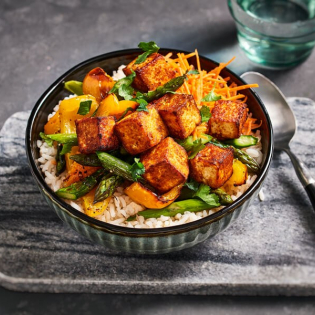 Krokante tandoori tofublokjes met geroosterde groente