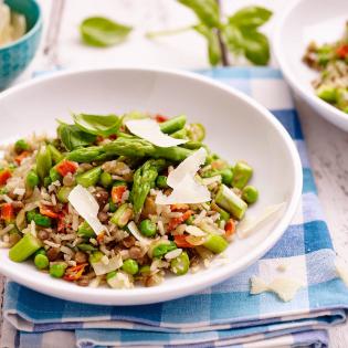 Linzenrijst met doperwtjes en groene asperges
