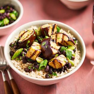 Zilvervliesrijst met zwarte bonen en aubergine